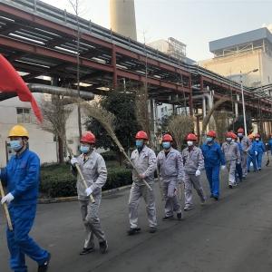 足球盘口电厂机关党支部组织开展清扫煤场主题党日活动